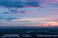 Фиолетовое небо раннего утра над сельской местностью стоковые фото