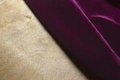Фиолетовое velor на деревянной поверхности стоковое фото
