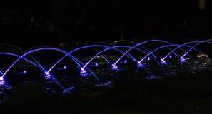 Фиолетовые дуги воды стоковое фото rf