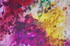 Фиолетовые фиолетовые желтые темные цвета и оттенки Абстрактная влажная предпосылка краски Пятна картины стоковое изображение rf