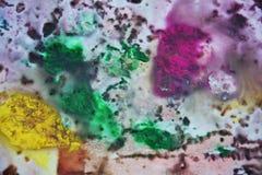 Фиолетовые фиолетовые зеленые желтые темные цвета и оттенки Абстрактная влажная предпосылка краски Пятна картины стоковое изображение rf
