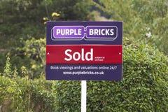 Фиолетовые кирпичи - знак агента по продаже недвижимости Великобритании онлайн Стоковая Фотография RF