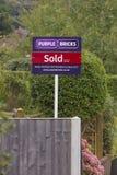Фиолетовые кирпичи - знак агента по продаже недвижимости Великобритании онлайн Стоковое Изображение RF