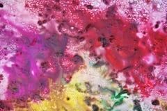 Фиолетовые фиолетовые красные зеленые желтые темные цвета и оттенки Абстрактная влажная предпосылка краски Пятна картины стоковое изображение rf