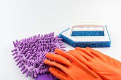 Фиолетовые перчатка уборщика Microfiber, щетка и перчатки резины для очищать Стоковая Фотография RF