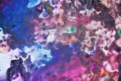 Фиолетовые фиолетовые темные цвета и оттенки Абстрактная влажная предпосылка краски Пятна картины стоковые фото