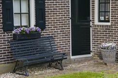 Фиолетовые цветки на доме в Giethoorn Стоковые Изображения