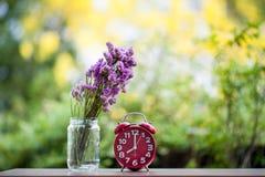 Фиолетовые цветки помещены на деревянных досках стоковые изображения rf
