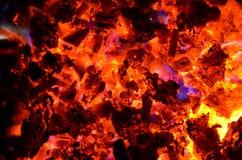 Фиолетовые языки пламени от горящих цветных металлов выходить горячий уголь Стоковые Фото