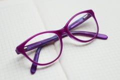 Фиолетовые Eyeglasses, зрелища детей или стекла на нейтральной предпосылке Стоковое фото RF
