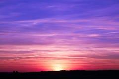 Фиолетовый заход солнца далеко от города стоковая фотография rf