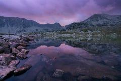 Фиолетовый заход солнца над горами стоковые изображения rf