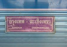 Фиолетовый знак плиты говорит что Бангкок к Chachoengsao прикрепилось на поезде Таиланде Таиланда тепловозном Стоковые Фото