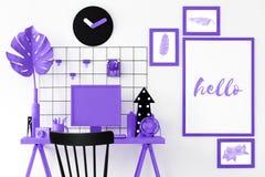 Фиолетовый интерьер комнаты стоковое фото rf