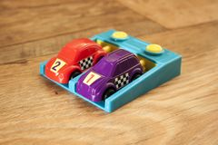 Фиолетовый и красный гоночный автомобиль 3 стоковое фото rf