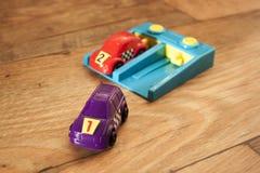 Фиолетовый и красный гоночный автомобиль 4 стоковое изображение