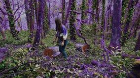 Фиолетовый лес идя в заколдованный пурпурный лес, девушка сказки нашел пень, пошел к нему и сидел вниз для сток-видео