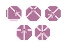 Фиолетовый плоский настоящий момент кладет изолированную концепцию в коробку, бесплатная иллюстрация