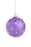 фиолет рождества шарика стоковое изображение