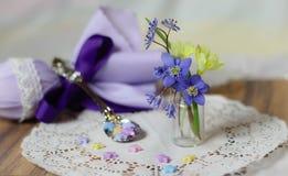 фиолетовая весна коллажа пасхи цветет teatime ложки звезд Стоковые Изображения RF