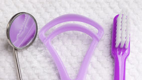 Фиолетовая зубная щетка с зубоврачебными инструментами Стоковые Фотографии RF