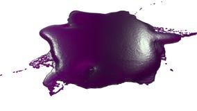 Фиолетовая капелька чернил падает на белую поверхность 3d представляют жидкость как сок с очень высокой маской детали и альфы для бесплатная иллюстрация