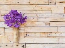 Фиолетовая орхидея wanda в бамбуковой смертной казни через повешение вазы на деревянной стене планки Стоковая Фотография RF