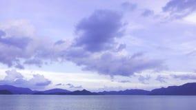 Фиолетовое небо, гора и мирное озеро Стоковые Изображения RF