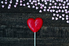 Фиолетовое сердце и деревянный стол Стоковое Фото