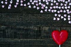 Фиолетовое сердце и деревянный стол Стоковая Фотография