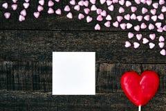 Фиолетовое сердце и деревянный стол Стоковые Изображения RF