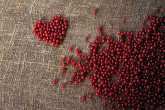 Фиолетовое сердце собранных ягод красной смородины стоковые фото