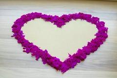 Фиолетовое сердце confetti - белого космоса экземпляра, предпосылки Стоковое Фото