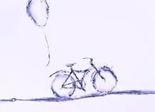 Фиолетовые велосипед и воздушный шар воды стоковое фото