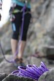 Фиолетовые взбираясь веревочка и ноги альпиниста Стоковые Изображения RF