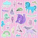 Фиолетовые единороги с конфетой, флагом и звездами на розовой предпосылке Бесплатная Иллюстрация