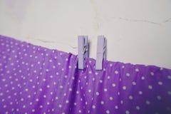 Фиолетовые зажимки для белья на веревочке Стоковые Изображения RF