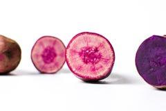 Фиолетовые картошки изолированные на белой предпосылке, Стоковое фото RF