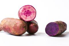 Фиолетовые картошки изолированные на белой предпосылке, Стоковые Изображения RF