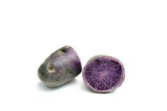 Фиолетовые картошки на белизне Стоковое Фото