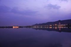 Фиолетовые небо и Jal Mahal Стоковые Фотографии RF