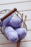 Фиолетовые пасма хлопчатобумажной пряжи в корзине Стоковые Фото