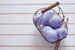 Фиолетовые пасма хлопчатобумажной пряжи в корзине Стоковое фото RF