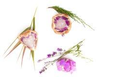 Фиолетовые amethyst утесы мыла с лавандой Стоковое Изображение RF