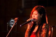 Фиолетовый вокалист певицы женщины сплавливания Стоковое фото RF