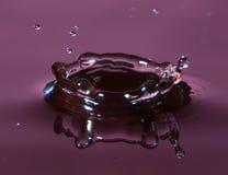 Фиолетовый выплеск падения воды Стоковое фото RF