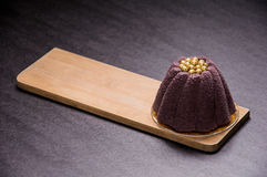 Фиолетовый десерт в форме цветка с золотыми жемчугами на верхней части стоковое изображение