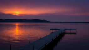 Фиолетовый заход солнца над доком стоковое фото