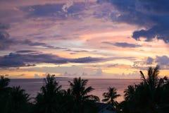 Фиолетовый заход солнца над пляжем Diniwid, островом Boracay, Филиппинами Стоковая Фотография
