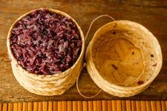 Фиолетовый липкий рис в традиционной surving корзине, Лаос Стоковое Изображение RF